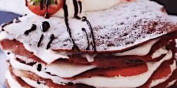 Шоколадные блинчики с клубникой - фото